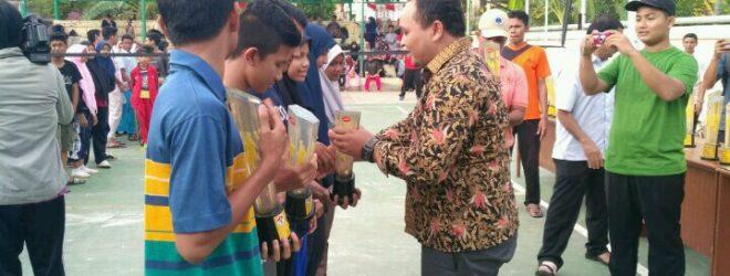 Penyerahan Trofi Cabang Olahraga Sepak Takraw untuk Putra dan Putri pada Kegiatan Gala Desa se-Kota Banda Aceh Tahun 2017