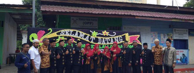 Aparatur Pemerintahan Gampong Peunayong Photo Bersama di Halaman Kantor Keuchik Peunayong pada Hari Penilaian Gampong Tingkat Kota Banda Aceh Tahun 2018