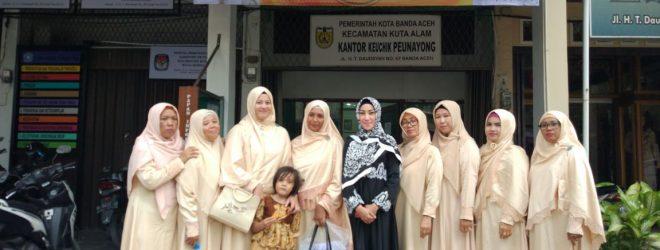 TP-PKK Gampong Peunayong photo bersama di depan Kantor Keuchik Peunayong setelah mengikuti Penilaian Lomba Gampong Tingkat Kota Banda Aceh Tahun 2018