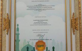 Piagam Penghargaan sebagai Gampong Taat Pajak pada Acara Anugerah Banda Aceh Madani Award 2015